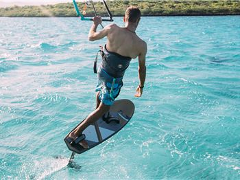 3 Tips to Help You FOIL Away From Turns to Toeside - Kitesurfing News